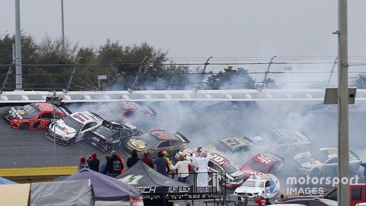 Первый этап гонок серии НАСКАР ознаменовался крупной аварией.
