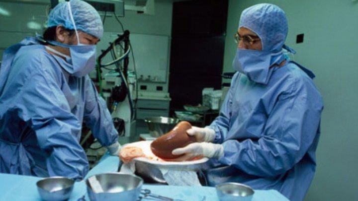 Девочка, которая на прошлой неделе перенесла операцию по пересадке печени, пришла в себя