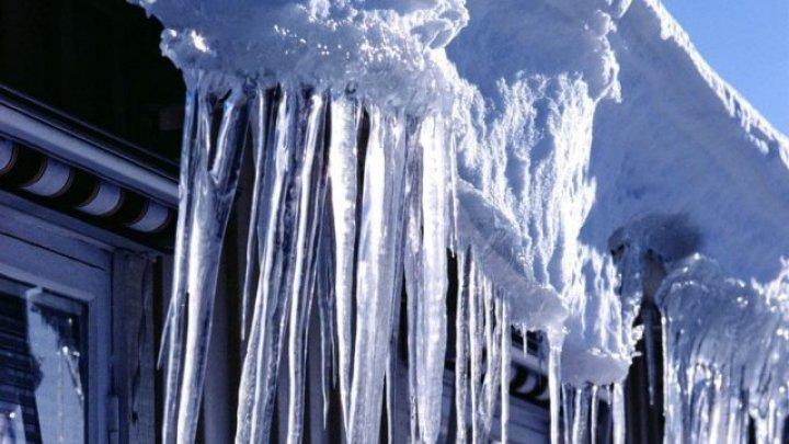 Сорвавшаяся с крыши глыба льда убила пенсионерку в Подмосковье
