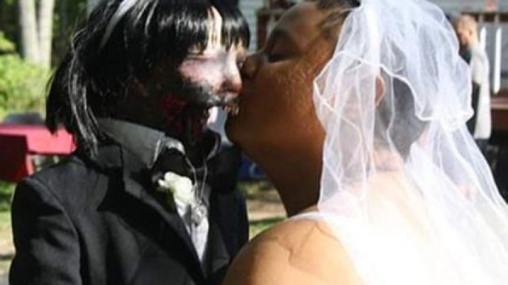 Девушка влюбилась в зомби-куклу и вышла за нее замуж