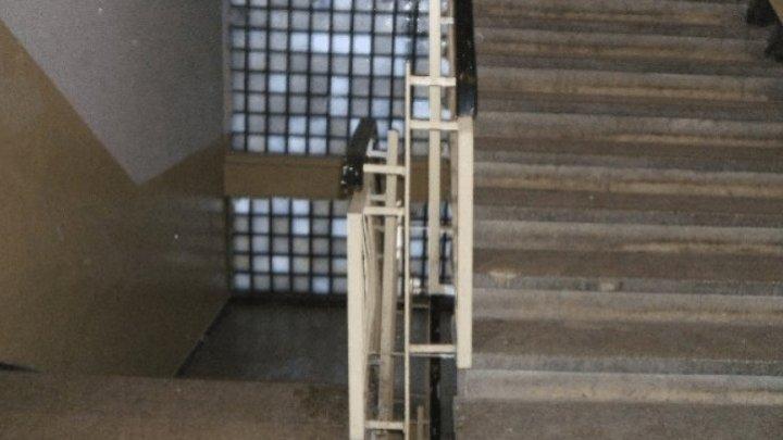 В Кишиневе мужчина столкнул женщину, у которой снимал жилье, с лестницы в многоэтажке