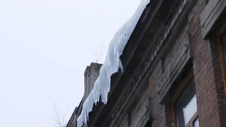 В Сумской области ледяная глыба упала на супругов
