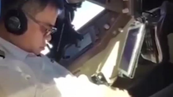 "Пилот заснул за штурвалом ""Боинга"" во время полета и попал на видео"