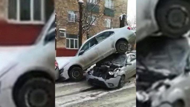 Машина оказалась на крыше легковушки после массового ДТП на северо-востоке Москвы