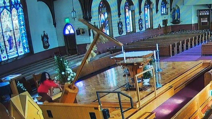 В США женщина совершила акт вандализма в церкви (видео)