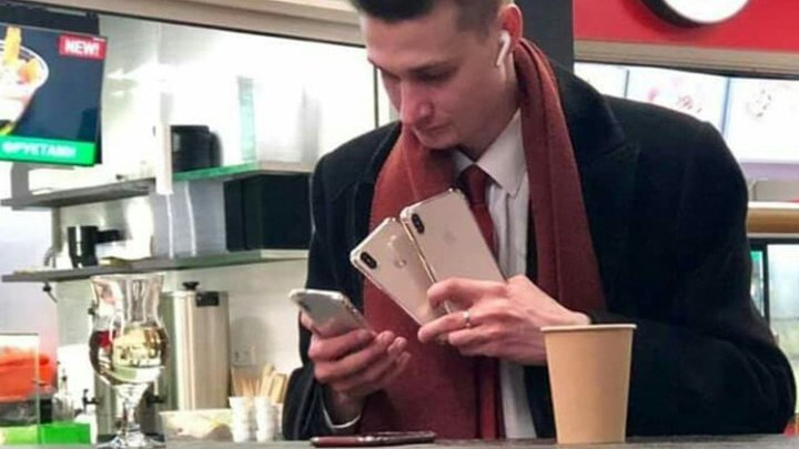 """Герой мема """"человек-успех"""" объяснил, зачем ему четыре iPhone"""