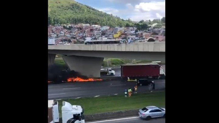 Вертолет столкнулся с фурой на трассе в Бразилии