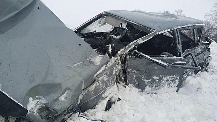 В Башкирии на железнодорожном переезде автомобиль врезался в пассажирский поезд