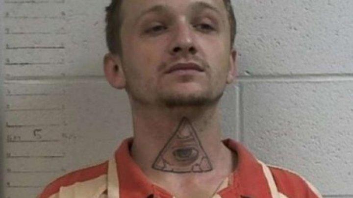 Заключенный в наручниках угнал полицейское авто и взял заложницу