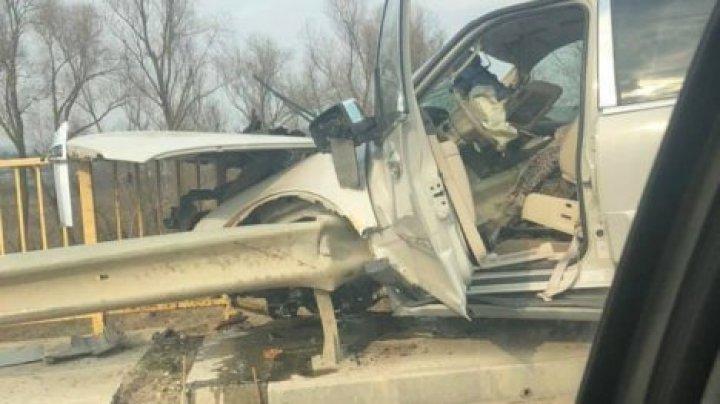 Страшная авария вблизи Унген: водитель на полной скорости влетел в парапет (фото)