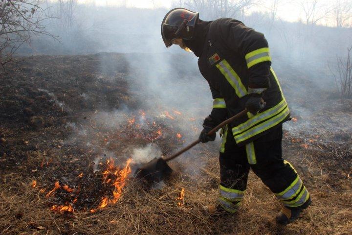 За последние 24 часа пожарные остановили 76 очагов возгорания в Молдове (фото)