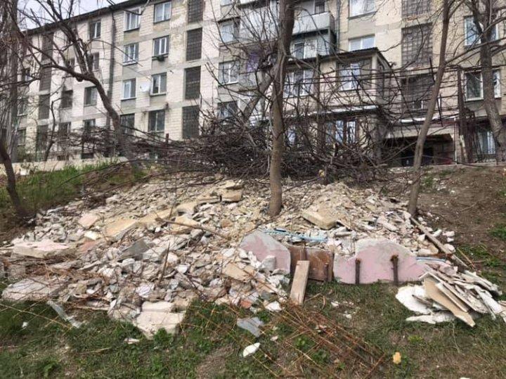 Жилец многоэтажки по улице Василе Лупу устроил свалку у детской площадки