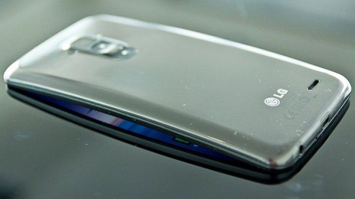 LG запатентовала растягивающийся смартфон