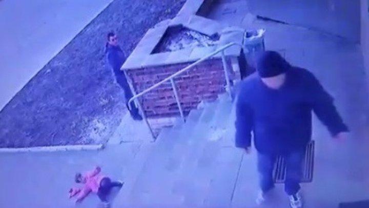 В Сети обсуждают видео, как отец швырнул с лестницы 7-летнюю дочь в Ровенской области