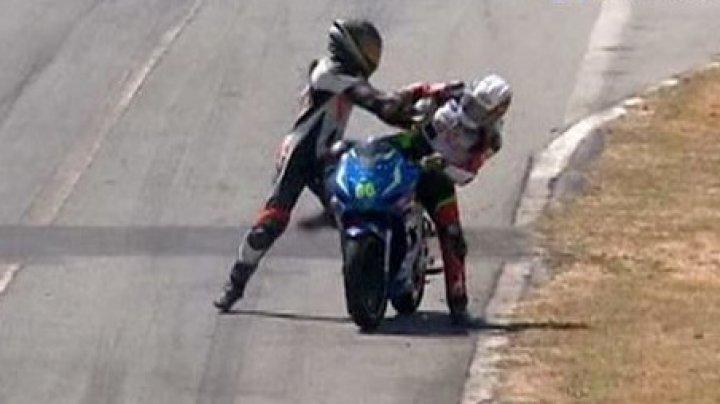 В Коста-Рике во время чемпионата по мотогонкам двое участников подрались во время заезда
