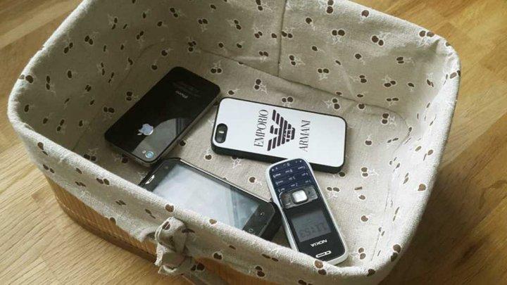 Уже полгода в столичном лицее, перед уроками, у учеников забирают телефоны