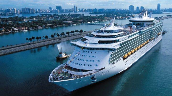 Порыв ветра накренил круизный лайнер на Багамах, есть пострадавшие (видео)