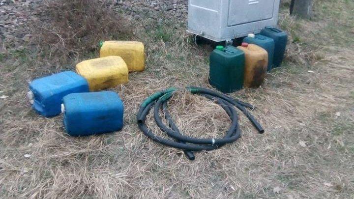 Четверых мужчин подозревают в сливе топлива из локомотива