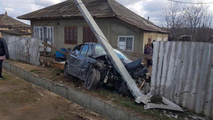 ДТП в Унгенах: легковушка снесла забор дома и врезалась в электрический столб