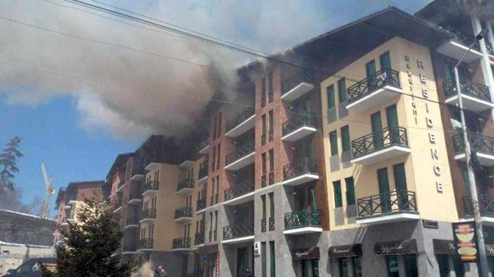 На горнолыжном курорте в Грузии загорелся отель
