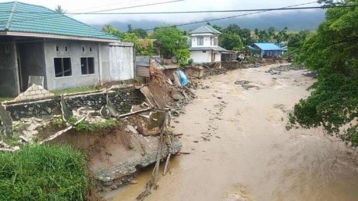 Число погибших из-за наводнений и оползней в Индонезии возросло до 89