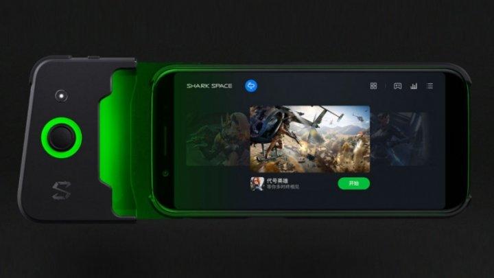 Появилось официальное фото мощного смартфона BlackShark 2