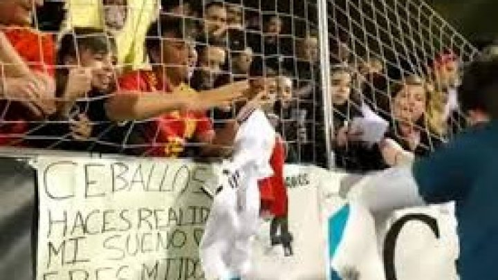 Серхио Рамос подарил фанату свитер и довел его до истерики (видео)