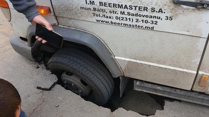 В центре Кишиневе асфальт провалился вместе с колесом автомобиля (фото)