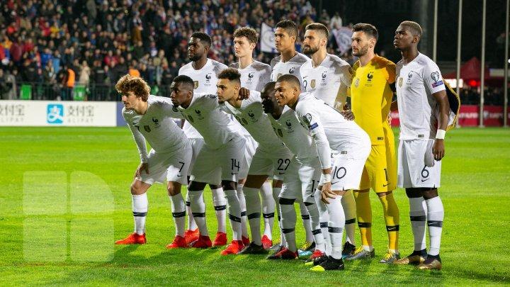 Сегодня в два часа дня самолет сборной Франции по футболу улетел в Париж