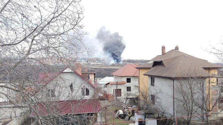 В столичном пригороде Кодру загорелся склад металлолома (фото/видео)