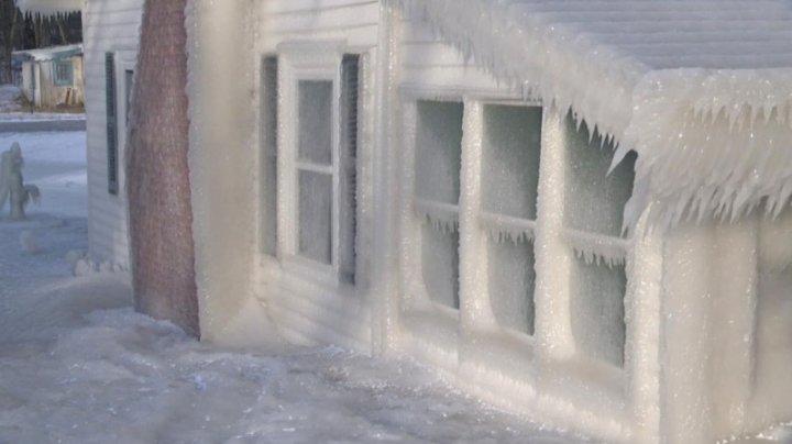 На берегу озера Онтарио несколько домов покрылись льдом (видео)