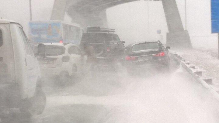 Непогода спровоцировала массовое ДТП на трассе в Петербурге (видео)