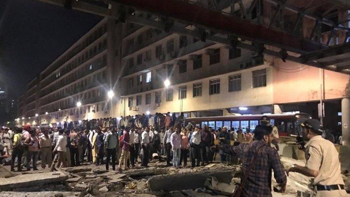 Десятки людей пострадали при обрушении пешеходного моста в Индии (видео)