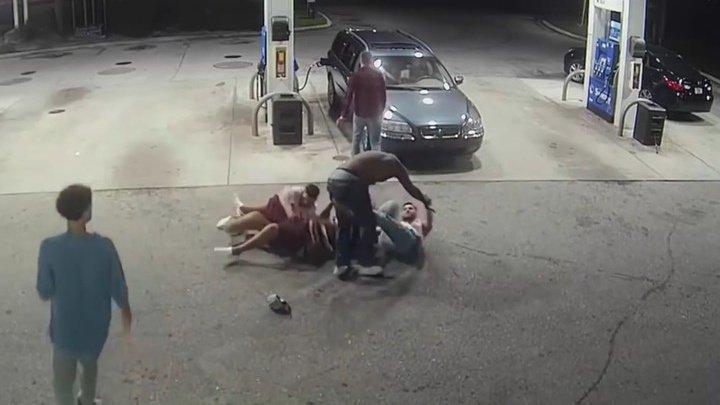 Американские студенты отобрали оружие у напавших на них грабителей