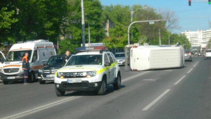 ДТП на Рышкановке: микроавтобус на полном ходу врезался в легковушку (фото)