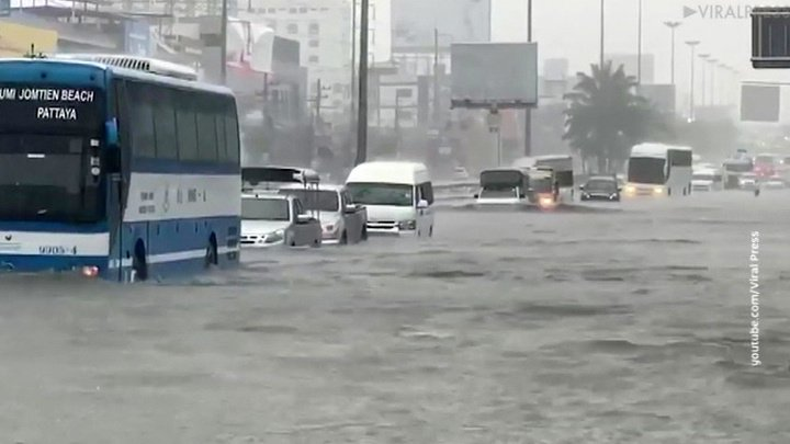 Сильнейший ливень затопил улицы тайской Паттайи