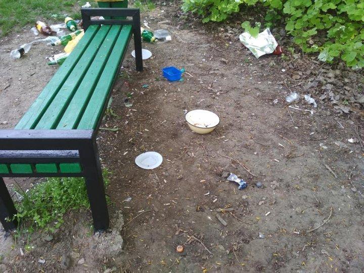 Празднуя Пасху в столичном парке, граждане забыли убрать за собой