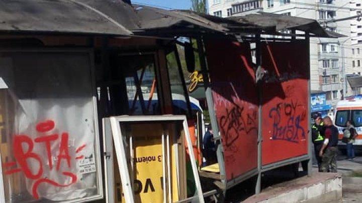 Отказали тормоза: на Ботанике троллейбус протаранил остановку (фото)