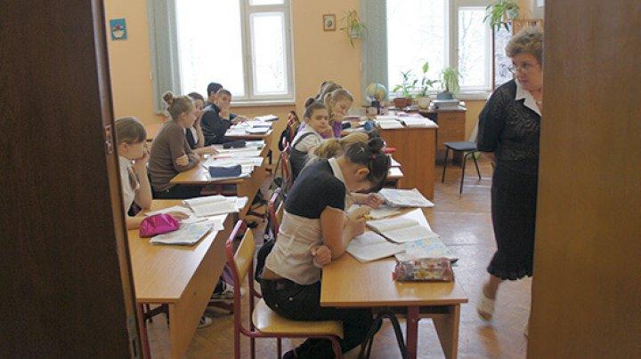 В Грузии школьникам отменили выпускные экзамены