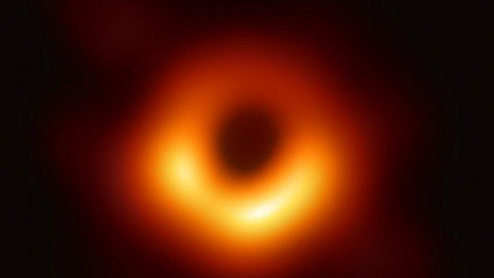 Астрономы показали первое фото черной дыры