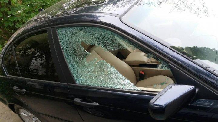На Ботанике взломали четыре машины (фото)