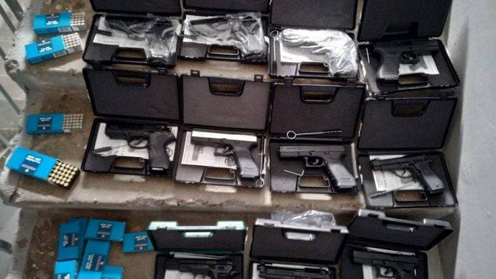 Полиция обнаружила у несовершеннолетней девушки 14 пистолетов и 800 патронов (видео)