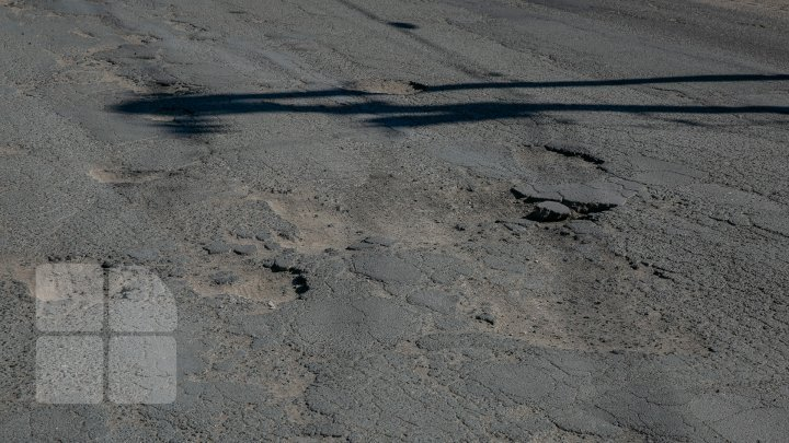 На столичных дорогах ведутся работы по пломбировке горячим асфальтом