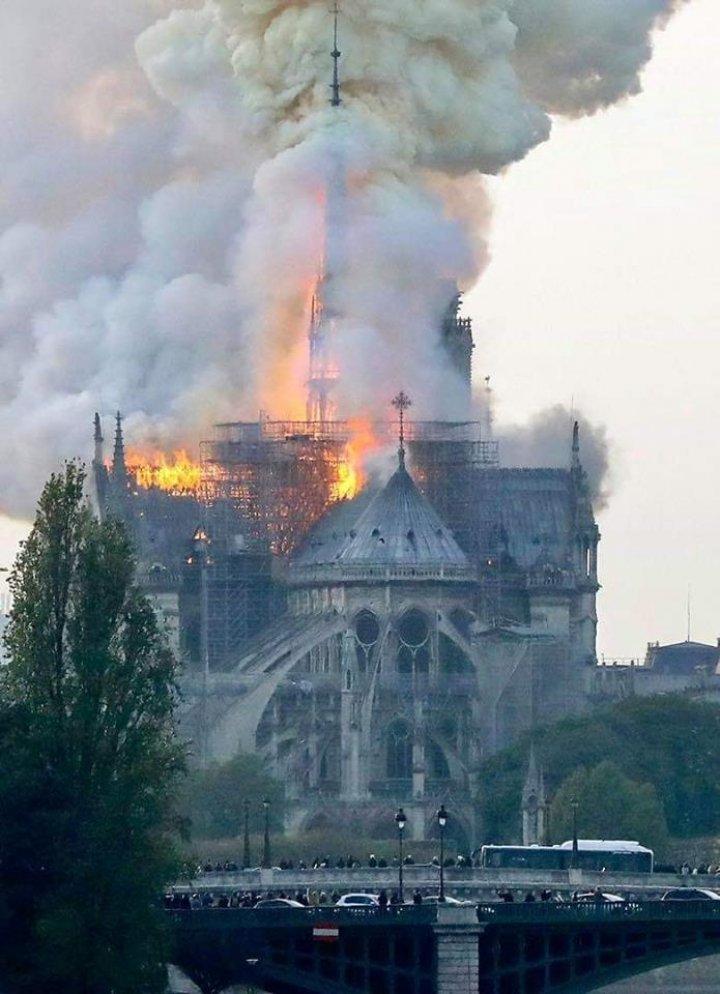 Пожар в Соборе Парижской Богоматери уничтожил две трети крыши и шпиль (фото)