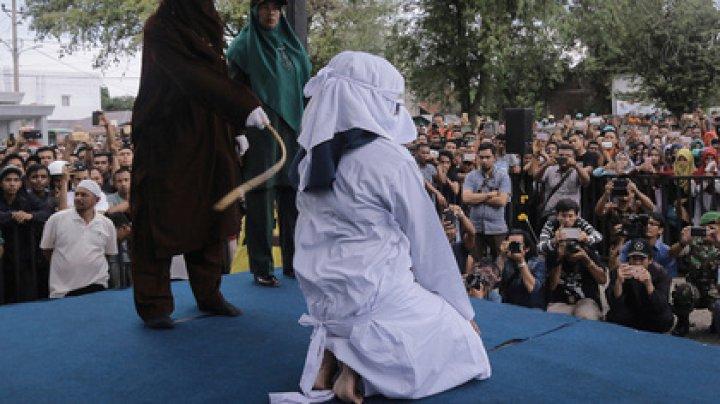 В Индонезии публично избили палками женщину за секс вне брака