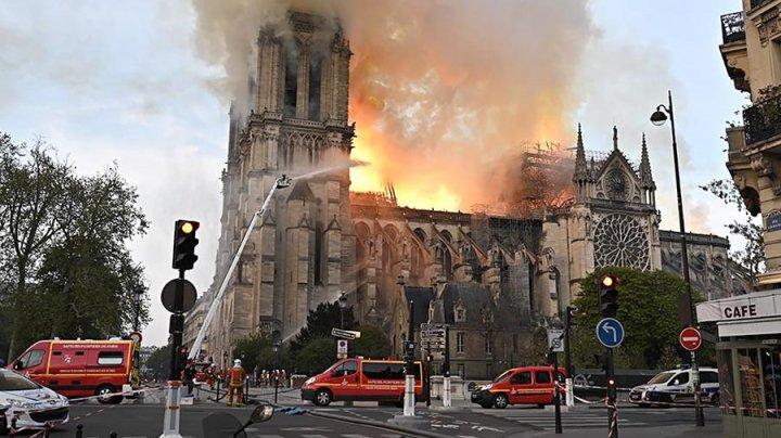 Крыша собора Парижской Богоматери полностью рухнула (видео)