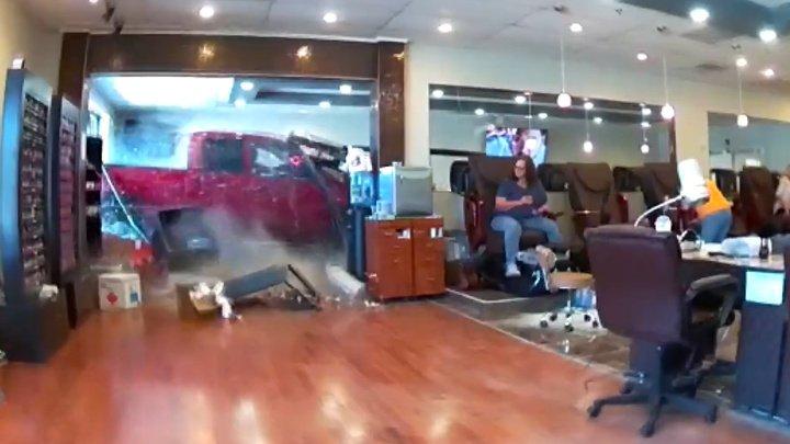 Американец разнес маникюрный салон, перепутав педали (видео)