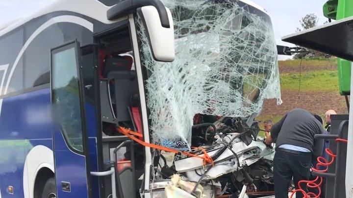 Не менее 20 человек пострадали в столкновении автобуса и грузовика в Турции