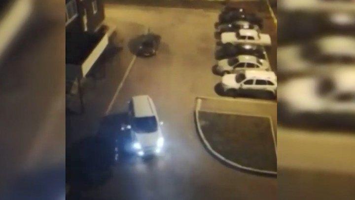 Ревнивая жительница Башкирии разбила машину любовника об дом (видео)
