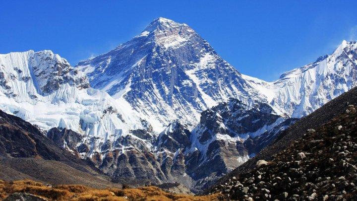 Во время спуска с Эвереста погибли два альпиниста